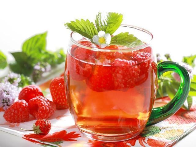 Теплый чай с ягодами малины при температуре