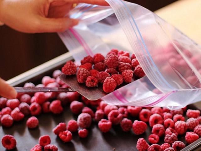 Замораживаем ягоды малины в пакетах