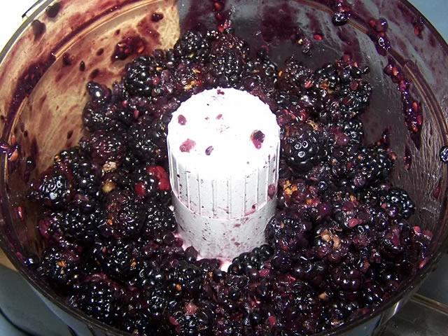 Измельчение плодов ежевики для приготовления вина